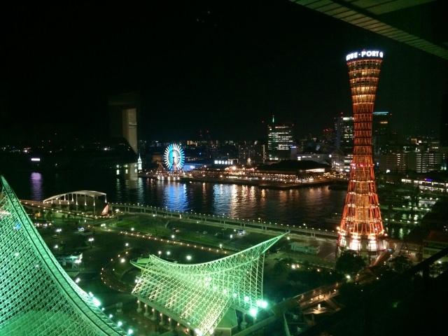 3. 從360度迴轉的咖啡廳中欣賞夜景!「神戶港塔」