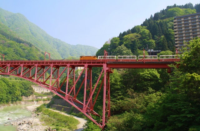 1. 赤裸裸感受大自然的洗禮! 富山縣「黑部峽谷鐵道電車」