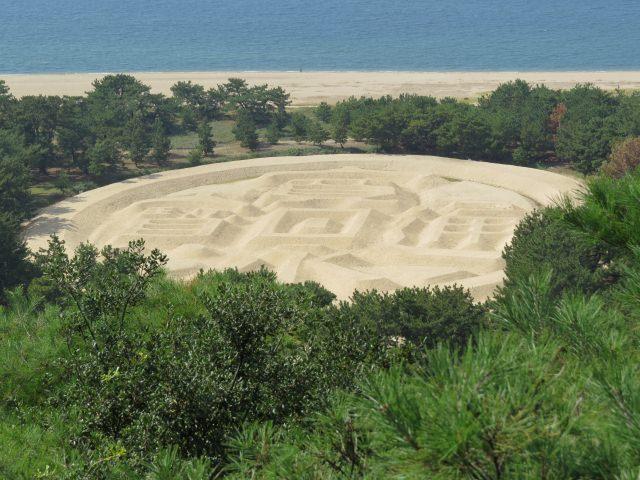 8. 浮於砂地上的巨大藝術作品。好想看上一次「錢形砂繪」