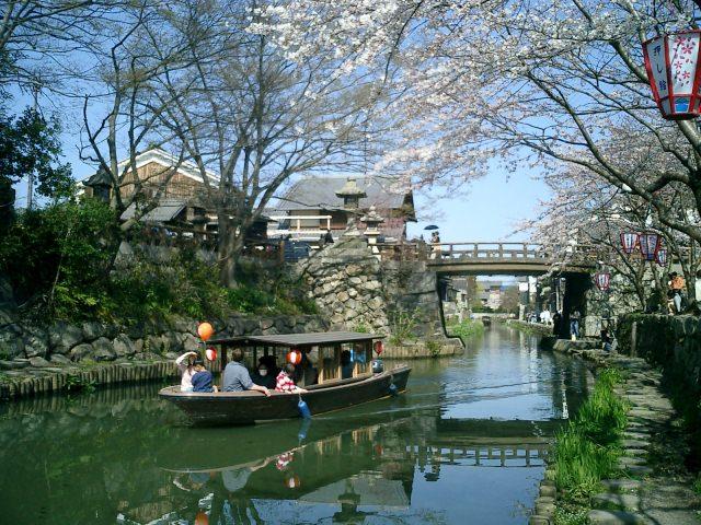 2. 搭著有情調的木舟遊覽。滋賀縣的人氣觀光景點「八幡堀」